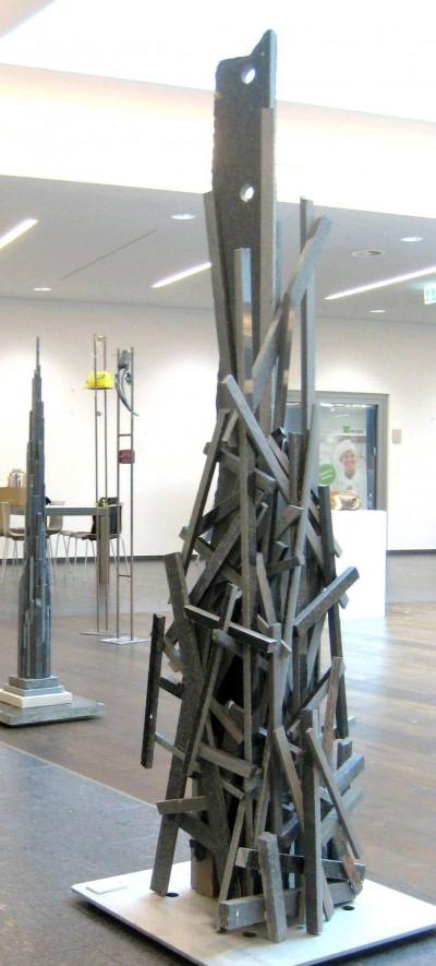 Zivilisationsaspekt<br /> 2014<br /> Granit<br /> Höhe: 190 cm