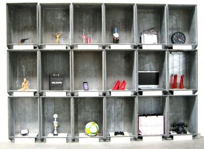 Reliquienschrein<br /> Jahr: 2016<br /> Material: Metallkästen, Gegenstände<br /> Größe: 210 cm x 300 cm